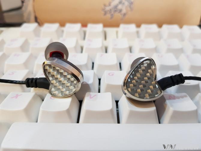 """Với mức giá cao hơn tầm với của đại đa số người dùng phổ thông nhưng lại khá dễ chịu với người mê âm thanh, AT10 là một chiếc tai nghe có """"chất riêng"""" và hoàn toàn xứng đáng là một bước tiến mới của tai nghe Việt."""
