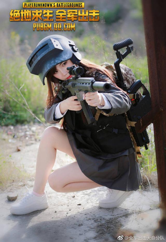 """Sững sờ trước thần thái của cô nàng cosplay PUBG Mobile trong bộ đồng phục """"nữ sinh"""""""