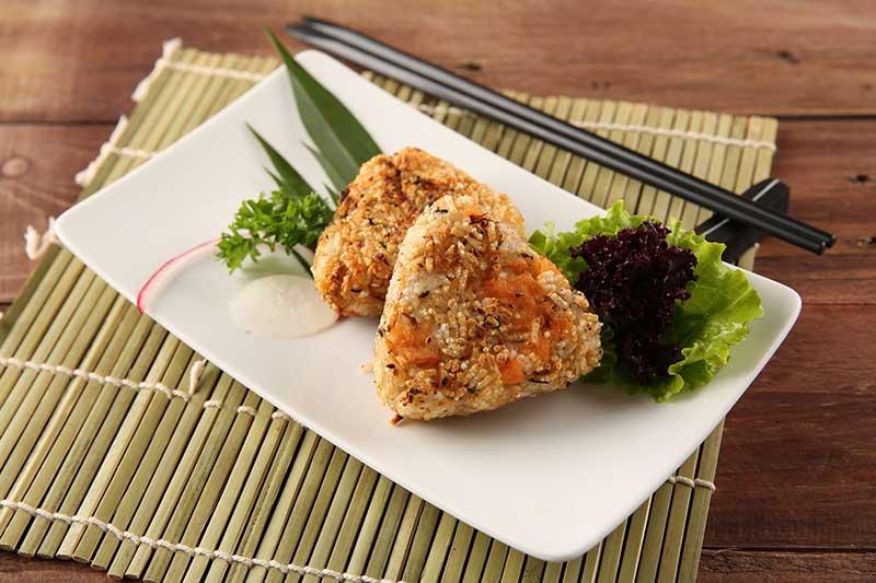Hấp dẫn món cơm nắm Onigiri nổi tiếng Nhật Bản